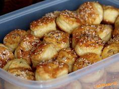 Kilo v šupke uvarených, vychladnutých zemiakov ošúpeme, nastrúhame, pridáme kilo hladkej múky, dve p... Pretzel Bites, Biscuits, Food And Drink, Pizza, Bread, Hampers, Cookies, Cookie, Breads