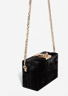 Bag Boxes Trend - Box-Bag mit Samt by Mango the bag-boxes have been stalking us for longer and with more insistence of what we think, so it's not crazy to say that 2018 will finally be your moment. Fashion Handbags, Purses And Handbags, Fashion Bags, Clutch Bag, Crossbody Bag, Wooden Bag, Accesorios Casual, Box Bag, Cute Bags