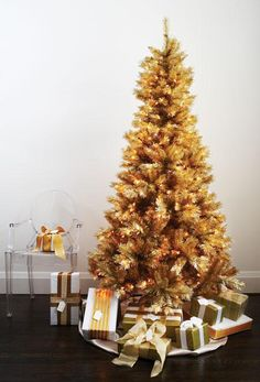 golden tree. Gold Christmas Decorations, Christmas Tree Themes, Noel Christmas, All Things Christmas, Holiday Decor, White Christmas, Christmas Ideas, Christmas Girls, Xmas Tree
