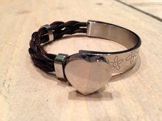 Zeer opvallende edelstalen armband met fraaie afwerkingen. Kan met de naam gegraveerd worden op het hart element of aan de binnenzijde.