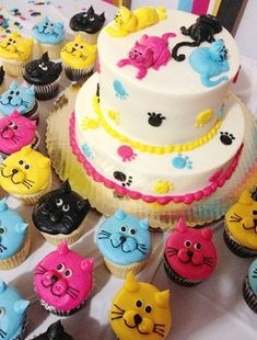 Claudia I was super excited when I recently received an email from Claudia, who shared the amazing cat cake and cupcakes that her family . Cat Cupcakes, Animal Cupcakes, Cupcake Cookies, Kitten Party, Cat Party, Cat Birthday, Birthday Cake, Birthday Ideas, Happy Birthday