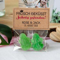 Ein besonders süßes Gastgeschenk zur Hochzeit ist unsere transparente Geschenktüte mit Kraft Etikett Frosch geküsst, die beliebig befüllt werden kann ♥ Meine-Hochzeitsdeko.de