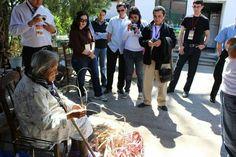 Grupo observando el tradicional tejido del palmito por manos  tlaxcaltecas en Bustamante N.L.