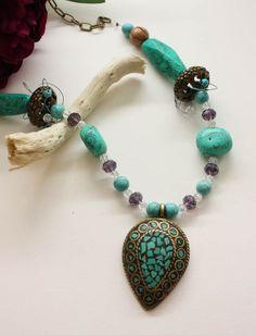 Eine wunderschöne, mittellange Türkis Halskette kombiniert mit Bergkristall und Magnesit sowie Glasperlen. Verbunden werden die beiden Enden mit einer