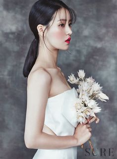 Lim Ji Yeon became a blushing bride for the September issue of Sure. Bridal Makeup, Wedding Makeup, Bridal Hair, Wedding Hair Flowers, Flowers In Hair, Dress Wedding, Hairdo Wedding, Lim Ji Yeon, Korean Wedding