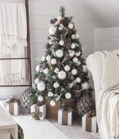 Simple Farmhouse Christmas Bedroom Simple Farmhouse Christmas Bedroom - A beautiful farmhouse bedroom decorated for the holidays! Farmhouse Christmas Decor, Rustic Christmas, Simple Christmas, Beautiful Christmas, Vintage Christmas, Decorations Christmas, Minimalist Christmas Tree, Deco Table Noel, 242