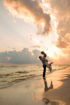 Photo couple, couple beach pictures, beach family photos, couple on t Beach Engagement Photos, Beach Wedding Photos, Sunset Wedding, Wedding Photoshoot, Wedding Beach, Romantic Beach Photos, Small Beach Weddings, Sunset Beach Weddings, Beach Elopement
