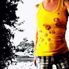 Camiseta amarilla de mujer de tirantes con por miritaTshirts, €25.00