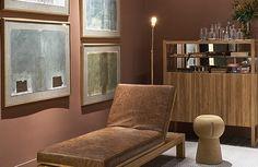 A linha Ripinha tem inspiração num tipo de mobiliário comum nos anos 40. As ripinhas que constituem as portas foram retomadas sob um novo olhar Elas agora formam as bases das mesas e são aplicadas nas portas dos móveis da linha Ripinha.