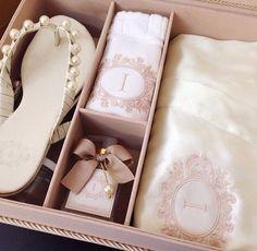 Muito delicada a caixa personalizada do @arrozdefestapersonaliza para dar de presente para mãe, sogra ou madrinhas. Essa tem robe, rasteirinha, sabonete líquido e toalhinha.#casamento #presente