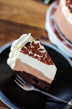 Rustic chocolate cream pie with sprinkles and whipped cream. Baileys Cheesecake, Chocolate Cheesecake, Cream Pie, Whipped Cream, Chocolate Cream, Tiramisu, Yummy Treats, Sprinkles, Cocoa