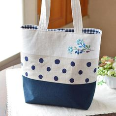 I like to use polka dots and plaid together!handmade fabric tote bag in navy and white with different patterns and checkered lining Fabric Tote Bags, Fabric Handbags, Embroidery Bags, Bag Patterns To Sew, Patchwork Patterns, Tote Pattern, Diy Purse, Jute Bags, Patchwork Bags