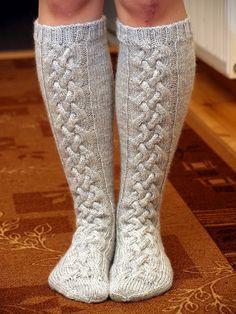 Love these socks, the pattern isn't in English Cable Knit Socks, Wool Socks, My Socks, Knitting Socks, Knitting Projects, Knitting Patterns, Knee High Socks, Diy Crochet, Mittens