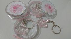 Latinha acrílica com aplique em scrap de coroa branco e rosa e detalhe de laço e fita rosa na parte inferior + chaveiro de coroa rosa em acrílico.   Latinha mede 1,5x 5 cm  coroa do chaveiro mede 3x2 cm