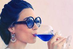 Empresa espanhola lança vinho azul feito de uvas brancas e vermelhas