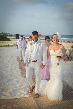 #beachwedding #groomgreenbowtie #groomsuitoutdoorwedding ##romanyicwedding