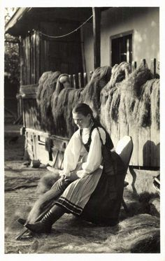 Csikfitód:kender fésülés,1942. Old Photography, Art Costume, Folk Dance, The Shepherd, Central Europe, Eastern Europe, Historical Photos, Country Life, Old Photos