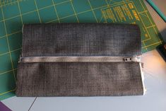 Den lille havtaske: Toilettaske med lomme DIY Messenger Bag, Patches, Purses, Make Up, Tutorials, Bags, Scrappy Quilts, Handbags, Handbags