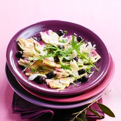 Qu'on l'effeuille avec gourmandise, pour mieux atteindre son cœur, ou qu'on le consomme farci, gratinés, en velouté, à la barigoule ou en salade, l'artichaut réconcilie la Bretagne (où l'on cultive la variété « camus ») et la Provence (avec la variété dite « poivrade » ou « violet »).