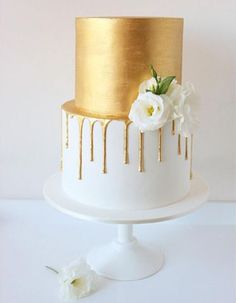 Weddbook ♥ This is a gold drip cake will look beautiful. This is a gorgeous pi… Weddbook ♥ This is a gold drip cake will look beautiful. This is a gorgeous piece of art, delicious in taste and white rose will add charm to this wedding cake Pretty Cakes, Beautiful Cakes, Amazing Cakes, Golden Anniversary Cake, 50th Wedding Anniversary Cakes, Gold And White Cake, Metallic Cake, Metallic Top, Golden Cake