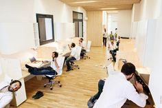 una-oficina-limpia-moderna-y-luminosa-02