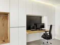 ergonomischer Bürostuhl, Wandschränke, Holztisch, Garderobe