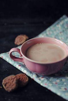 Varm kakao med mandelmælk er en rigtigt lækker kombination. I den her opskrift vises alt i trin-for-trin-billeder, så det er nemt at følge med.