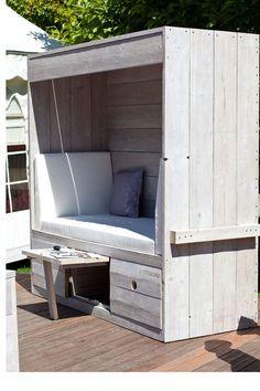 """Mal wieder ein gutes Beispiel für unsere kleine Rubrik """"... doch draußen """": Ein Strandkorb aus Holz. Den kann man auch für seinen Garten selber bauen."""