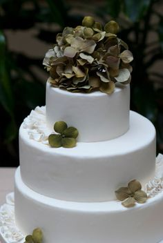 Wedding Cake-classic-with roses instead, love it.