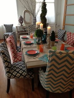 I do not like the Mismatched dining chairs BUT they look so comfortable! Woven Dining Chairs, Mismatched Dining Chairs, Dinning Table, Dining Room Chairs, Comfortable Dining Chairs, Lounge Chairs, Home Interior, Interior Design Living Room, Dining Room Inspiration