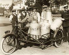 Spoorwegstaking. Tijdens de grote spoorwegstaking in 1919 in Engeland helpen mannen van de militaire vliegdienst met het rondbrengen van melk. De melk wordt in bussen vervoerd op een motorfiets met een zijspan. Plaats onbekend.