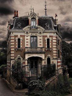 Ancient chateau, Vienne, France      ᘡղbᘠ - lovely Oeil de Bouef dormer windows!