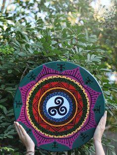 Mandala Sintonia Etnica. Para minha Amigona Branquinha e Amada, Flora Terrá. Passamos a madrugada juntas no Ateliê.. Em pura sintonia.. Na criação de uma Mandala tão nossa...  O coração cheio de Alegria! É uma honra, minha Amiga..