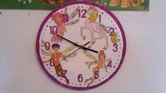 M.J. ist ein großer Fan von Mia and Me. Sie kann schon die Uhr lesen, und möchte immer wissen wie spät es ist. Also, dachte ich, es ist an der Zeit ihr eine Uhr zu machen. Wir wollten keine kaufen. Denn so eine gibt es nicht zu kaufen :-)  Die sieht doch wunderschön aus, oder?  Ihr braucht: 1 Platte für die Uhr 1 Schablone für die Zahlen Pinsel Glitzer Flüssigkleber wie z.B. Bastellei ... Clock, Wall, Home Decor, Mud, Brushes, Numbers, Stencils, Parents, Watch