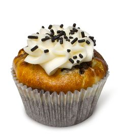 Black Tie – Our signature chocolate cupcake with cheesecake baked smack dab into the center and topped with just a dollop of our rich cream cheese frosting. Showoff.