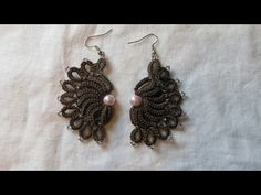 This is a tutorial on how to make this fan earrings. After making this tutorial I found out that there was a shuttle written pattern. You can find the writte...