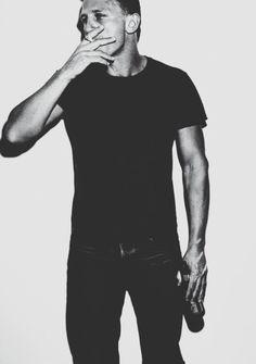 Daniel Craig He would dump his wife for me. Rachel Weisz, Beautiful Men, Beautiful People, Gorgeous Guys, Daniel Craig 007, Daniel Graig, Service Secret, Mens Hair Colour, How To Cut Your Own Hair