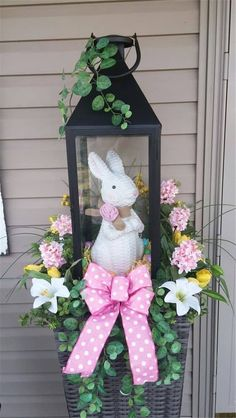 60 Outdoor Easter Decorations ideas which are colorful and egg-stra special - Hike n Dip : Easter Outdoor decorations are the best way to bring in the Spring and Easter vibe in your home .Check out Outdoor Easter Decorations Ideas for Easter Party. Diy Easter Decorations, Decoration Table, Outdoor Decorations, Easter Centerpiece, Table Centerpieces, Hoppy Easter, Easter Eggs, Easter Table, Easter Bunny