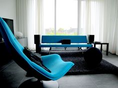 Blue F585 chair designed by Geoffrey D. Harcourt for Artifort. Project by Artifort dealer Meubart.
