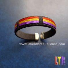 Pulsera adaptable de color negro con adornos en hilo, cuyos colores forman la bandera de la república. Unisex.