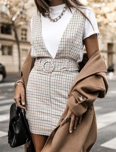 17 Trendy winter street style outfits and outfit ideas to step up your game this fall and winter: Plaid Dress Look. These winter street style looks are perfect Street Style Outfits, Looks Street Style, Street Style Trends, Mode Outfits, Looks Style, Looks Cool, Fashion Outfits, Fashion Trends, Casual Outfits