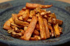 Facebook Pinterest Print EmailMangler du et lækkert alternativ til de sædvanlige pommes frites af kartofler, så er det oplagt at prøve disse sweet potato pommes. De søde kartofler, som faktisk ikke er kartofler men derimod rodfrugter, indeholder langt flere proteiner…