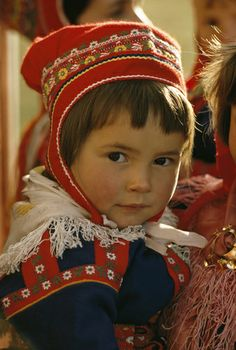 Sami Girl wears the traditional red and blue Sami, or Lapp, clothing Lappland, Kids Around The World, People Around The World, Beautiful Children, Beautiful People, Norwegian Clothing, Baby Faces, Folk Costume, Girls Wear