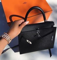 These Hermes bags are pure love girls! Here are stunning Hermes bags for styling inspirations! Sac Hermes Kelly, Hermes Kelly Taschen, Hermes Bags, Hermes Handbags, Purses And Handbags, Hermes Birkin, Balenciaga Handbags, Cheap Handbags, Birkin Bags