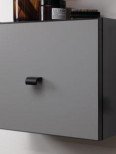 Dette unikke greb er et lille, minimalistisk kunstværk i sig selv, da det med en flade og en kurve giver dit hjem fine detaljer, og du får et fast og behageligt greb. Den sorte farve tilfører dine elementer og møbler et raffineret udtryk og kan bruges i enhver indretning uanset din stil.   Fås også i 120 mm bredt.  #Greb #Greb til låger #Greb til skabe #Køkkenhåndtag #køkkengreb #køkken greb #greb til køkkenlåger #alt i greb #møbelgreb #greb til skabe #skuffe greb   #furnipart…
