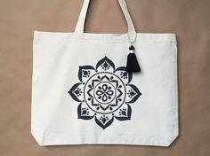 Mandala bolso - bolso de mano de Yoga - Mandala negro - regalo para el amante de Yoga - lienzo bolso - bolso de la playa - borla hecha a mano