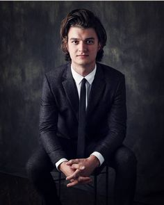 Joe Keery so hot Stranger Things Joe Keery, Steve Harrington Stranger Things, Stranger Things Aesthetic, Beautiful Boys, Pretty Boys, Joe Kerry, Pantene, Netflix, Actrices Hollywood