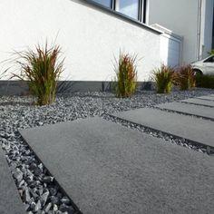 Umbriano Platten Hauszugang 0780 Ich würde höhere Gräser an der Mauer nehmen (Höhe Fensterbank) und diese auch dichter pflanzen