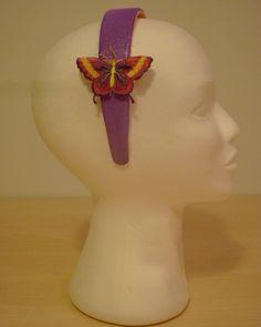 DIADEMA MARIPOSAS -  Diadema con dos mariposas laterales, tela de lycra brillante, degradado rosa-lila. . Precio: € 10