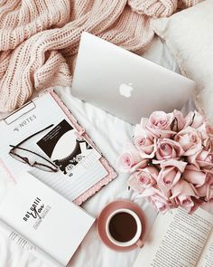 Cozy Fall flowers Coffee Laptop Flatlay Inspo of the day ❤️ ( 📷 by: Carly Smith. Fred Instagram, Photo Pour Instagram, Flat Lay Photography Instagram, Flatlay Instagram, Instagram Travel, Flat Lay Inspiration, Blog Inspiration, Accessoires Iphone, Foto Blog